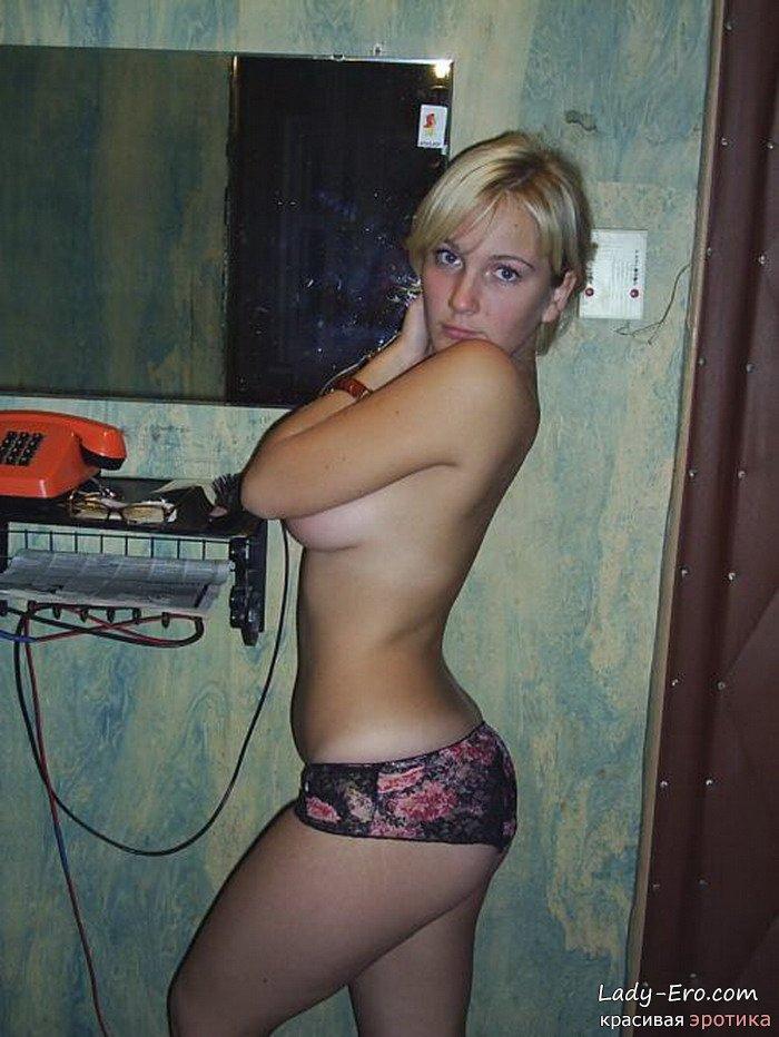 Откровенные домашние графии милой блондинки