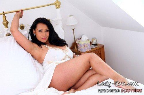 голая брюнетка в постели: