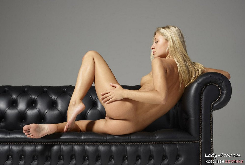 эротическая фотосессия на кожаном диване